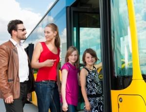 ahrgäste steigen in einen Bus ein