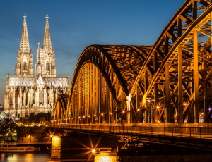 Kölner Dom bei Nacht mit Strakeljahn Reisen
